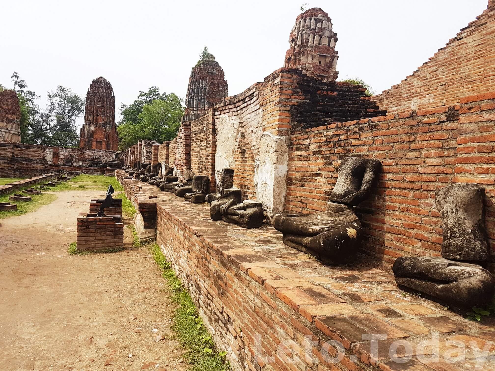 город ayutthaya-bezglavye-statui
