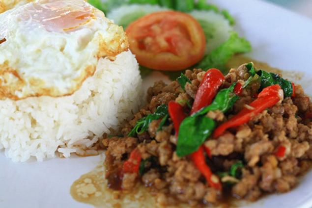 moo-pad-kra-pao-khao-pad-kra-pao-zharennyj-myasnoj-farsh-tajskaya-eda что попробовать в таиланде
