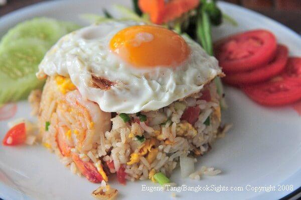 zharennyj-ris-khao-pad-s-yajtsom что попробовать в таиланде
